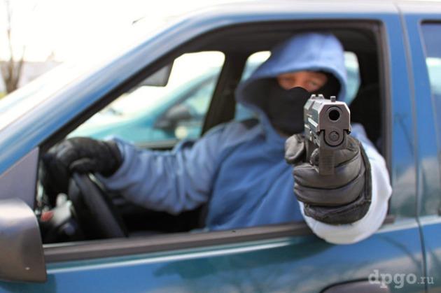 бандит стреляет из авто