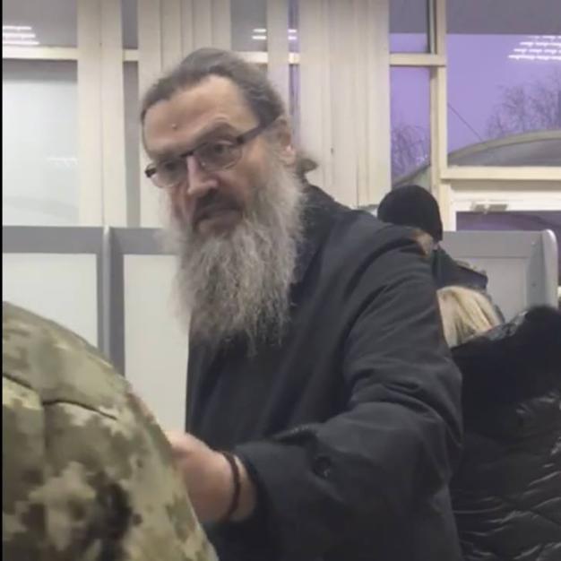Архиепископ Запорожский Лука скандалит на таможне в Запорожье во время досмотра